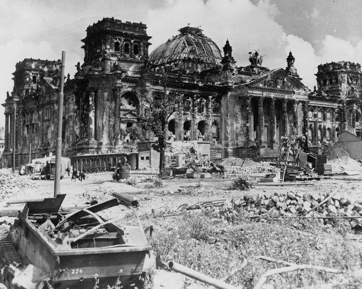 Der ausgebrannte und schwer zerstörte Reichstag wenige Monate nach Kriegsende