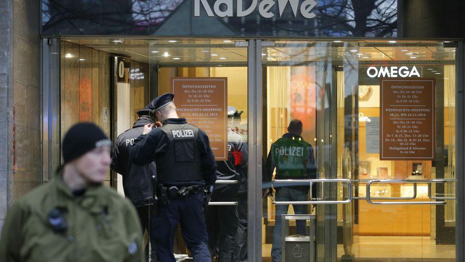 Polizisten vor dem KaDeWe in Berlin (Archiv)