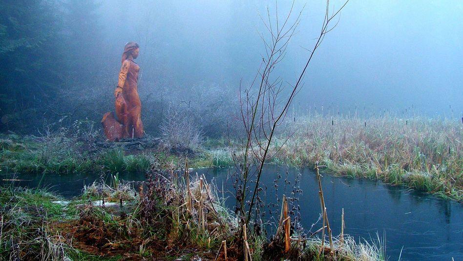 Frau-Holle-Teich auf dem Hohen Meißner mit einer Holzskulptur der Märchenfigur: Erfinderin des Kartoffelkloßes?