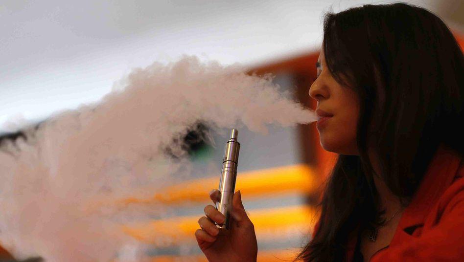 Dampferin in Los Angeles, Kalifornien: Vor allem Jüngere greifen zur E-Zigarette