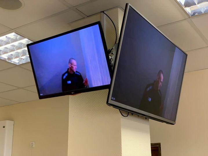 Nawalny auf den Bildschirmen im Gerichtssaal