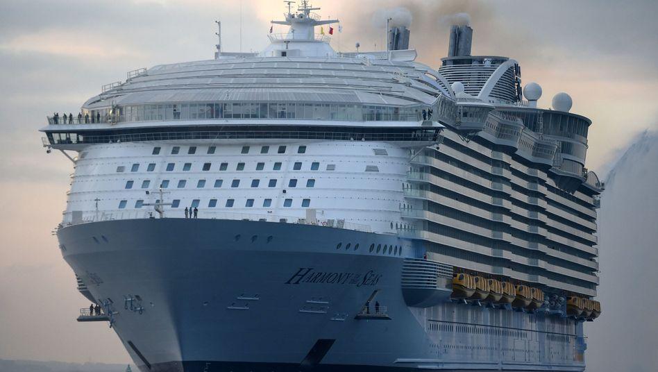 "Das Kreuzfahrtschiff ""Harmony of the Seas"" der Reederei Royal Caribbean vor Southampton im Dezember 2018 (Symbolbild)"