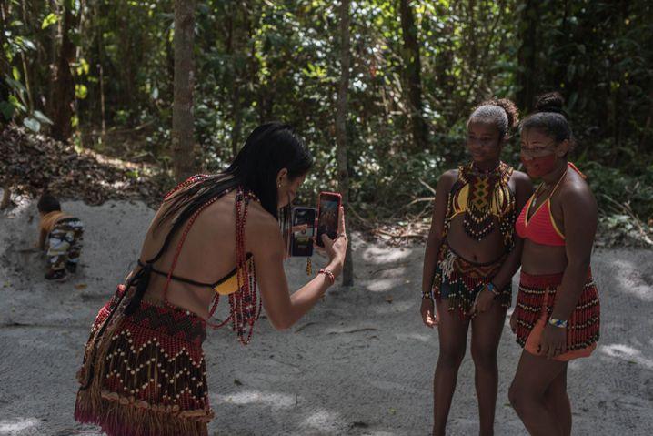 Junge Indigene vom Stamm der Pataxó fotografieren sich mit ihren Smartphones