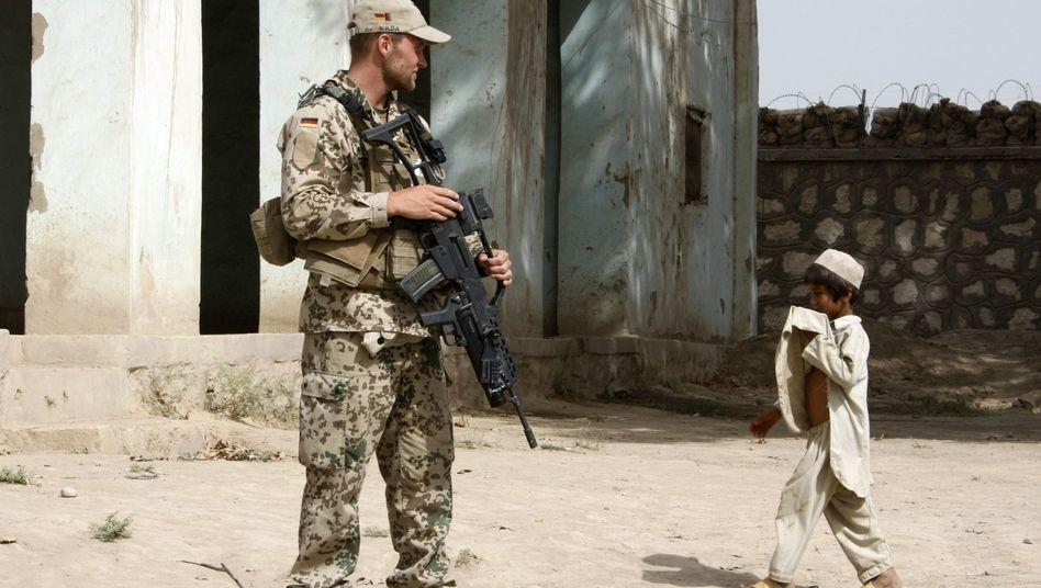 """Bundeswehrsoldat, afghanisches Kind in Chahar Darreh: """"Wir sind keine Cowboys"""""""