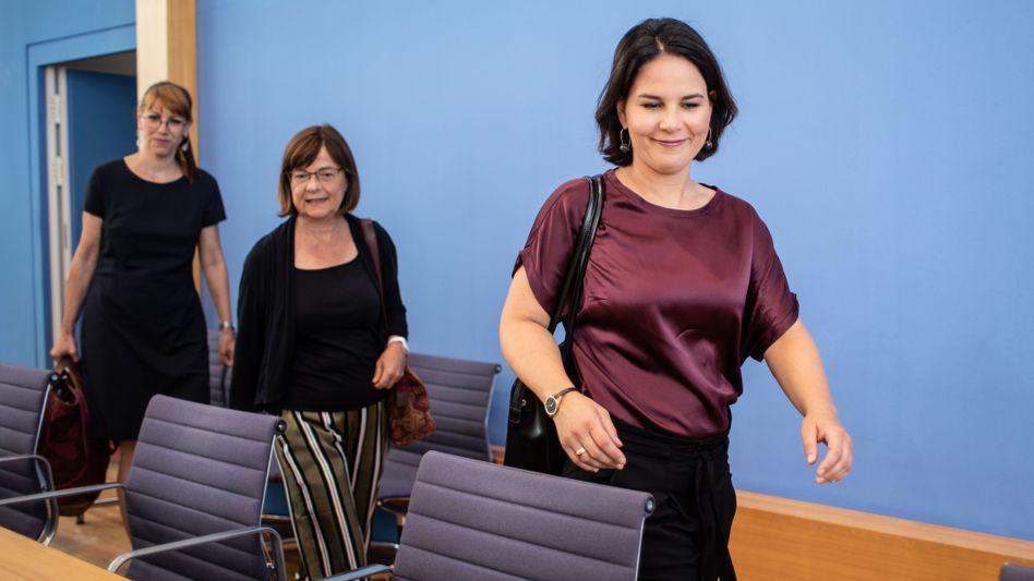 """Spitzenkandidatinnen der Länder, Katja Meier und Ursula Nonnemacher. Im Vordergrund Parteichefin Annalena Baerbock: """"Natürlich kann man nicht nur glücklich sein"""""""