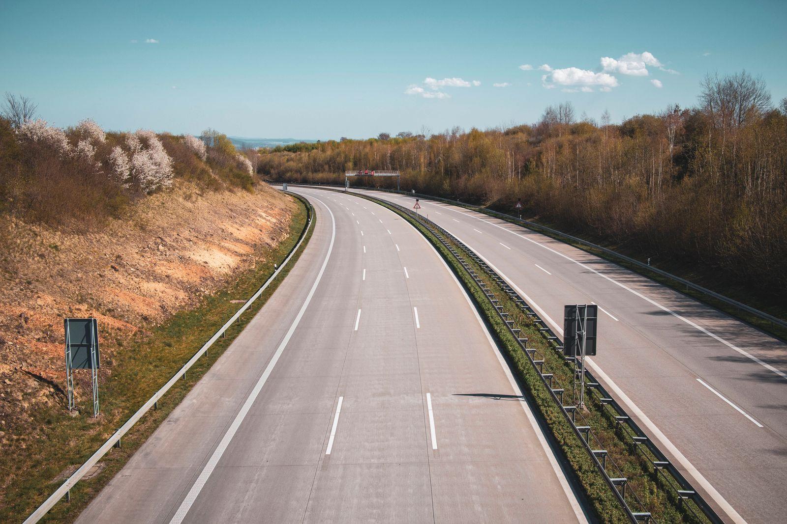 News Bilder des Tages leere Autobahn in Dresden am Ostersonntag während Corona *** empty motorway in Dresden on Easter S