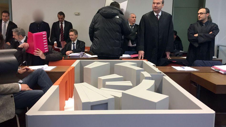 Modell des Tresors mit Schließfächern im Gerichtssaal: Depots mit Heißkleber und Klebeband wieder verschlossen