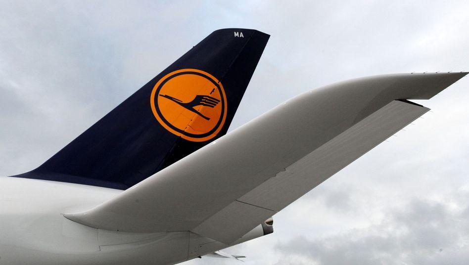 Lufthansa-Maschine mit Logo: Die Fluglinie mit dem Kranich muss sparen