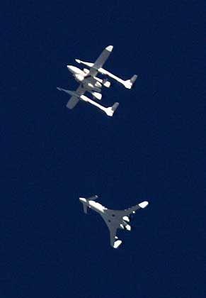 """""""Space Ship One"""" (oben) kurz vor der Trennung vom Trägerflugzeug """"White Knight"""": Historischer Weltraumflug"""
