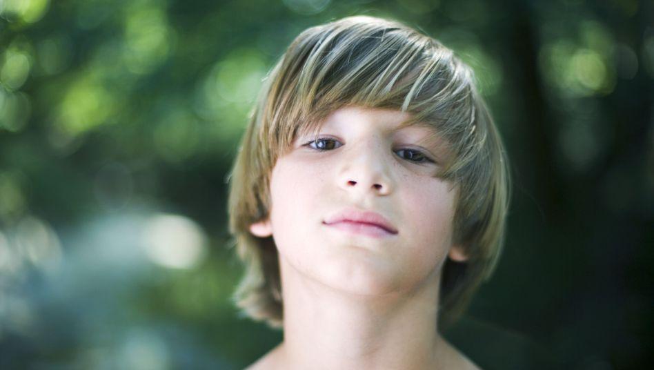 Klein und schon sehr cool: Mit zehn entwickeln Jungs die ersten Anzeichen der Pubertät