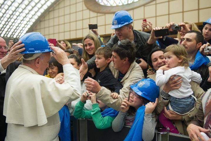 Papst Franziskus bei einem Besuch der Stahlarbeiter in Terni