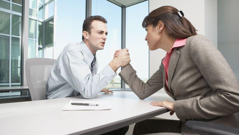 Armdrücken: Gut zu wissen, wann ein Konflikt mit dem Chef zu gewinnen ist