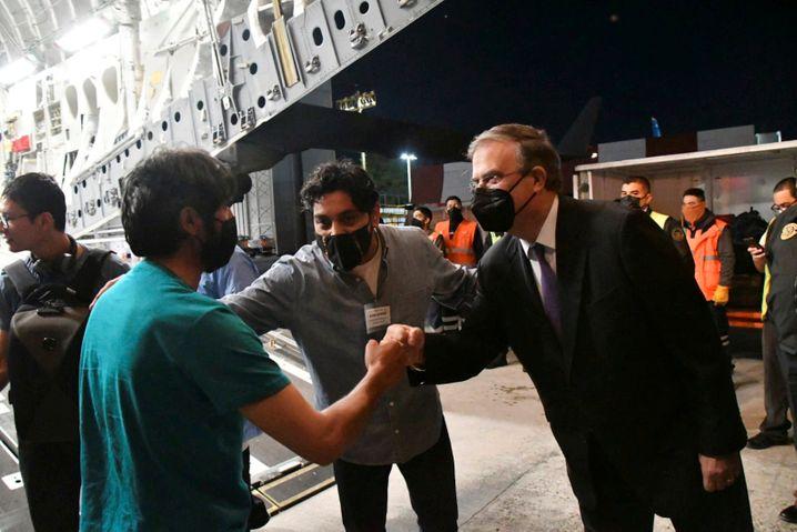 Mexikos Außenminister Marcelo Ebrard (r.) bei der Ankunft afghanischer Geflüchteter in Mexiko-Stadt
