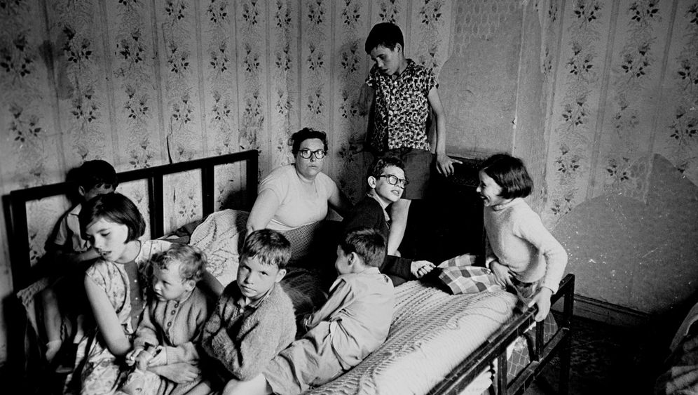 Britische Armutsviertel: Spielen in Ruinen, Kochen im Treppenhaus