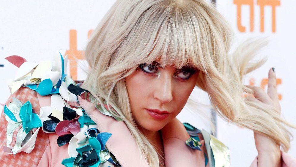Lady Gaga: Mit starken Schmerzen im Krankenhaus