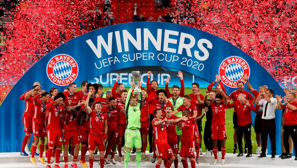 Manuel Neuer (M.) hebt den europäischen Supercup in die Höhe