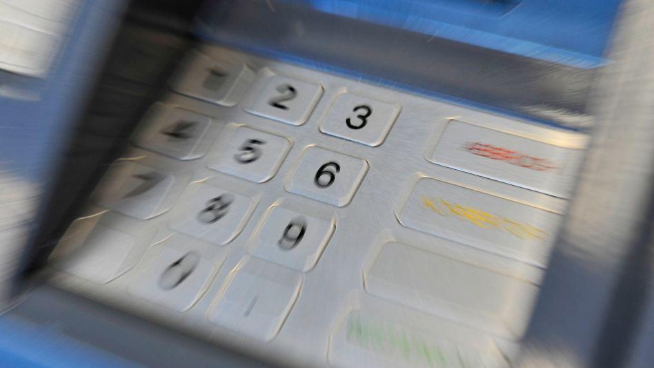 Geldautomat (Symbolbild): Zahl der Skimming-Fälle in Deutschland sinkt in der ersten Hälfte des Jahres