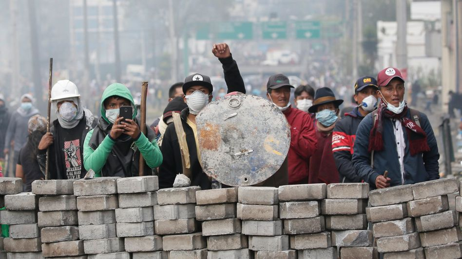 Demonstranten in Quito: Sie werfen dem Präsidenten vor, das Land an den IWF ausgeliefert zu haben