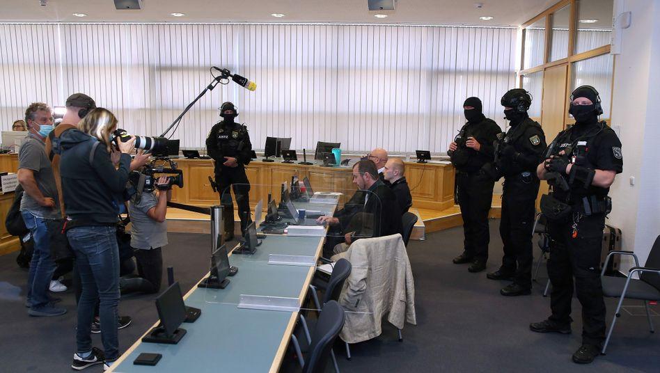 Angeklagter und Verteidiger im Landgericht Magdeburg: Eltern und Halbschwester schweigen