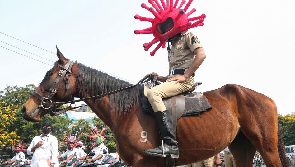 Ein indischer Polizist bei einer Kundgebung zu Schutzmaßnahmen gegen die Ausbreitung des Coronavirus in Hyderabad