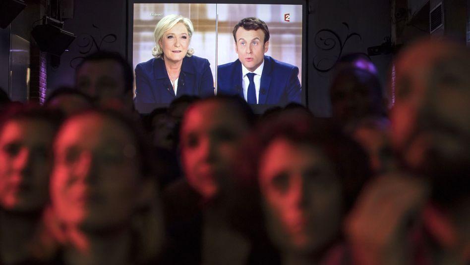 Barbesucher in Paris schauen die TV-Debatte zur Präsidentschaftswahl