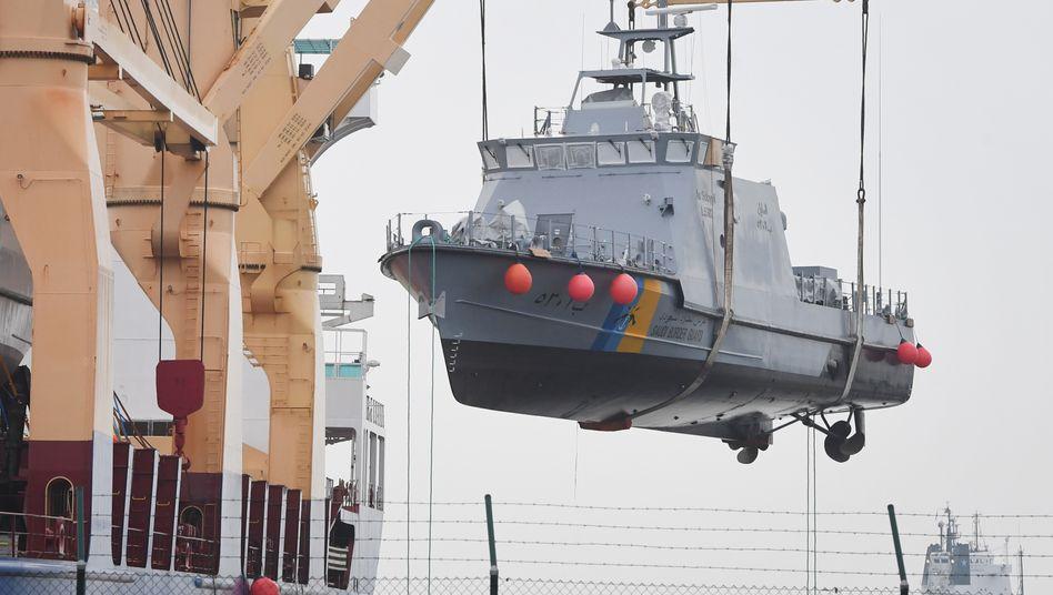 Ein Küstenschutzboot für Saudi-Arabien wird im Hafen von Mukran auf ein Transportschiff verladen (Archivbild)
