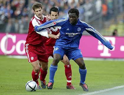 Auflauf der Spitzenspieler: Der Schalker Torschütze Asamoah (r.) behauptet sich im Hinspiel gegen die Bayern-Profis Frings (l.) und Salihamidzic