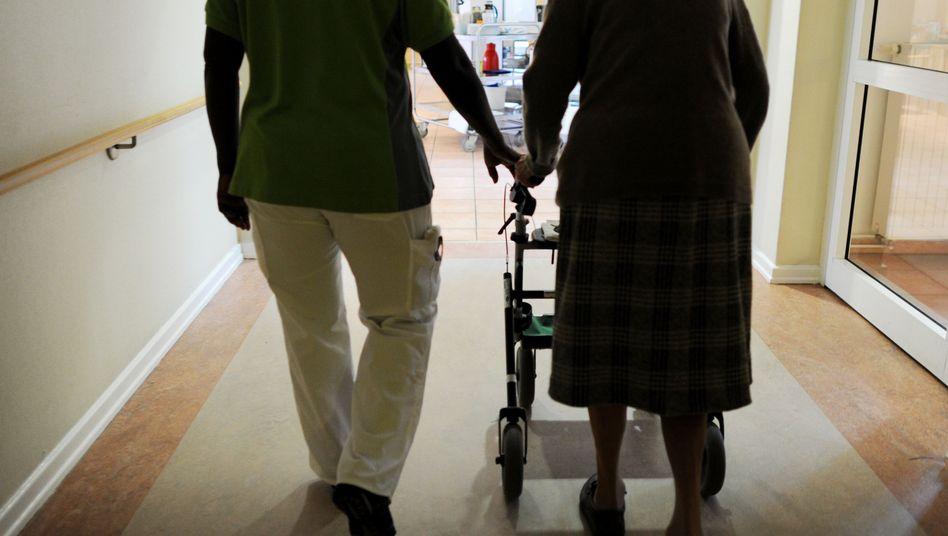 Pflegehausbewohnerin und Pflegehelferin (Symbolbild)
