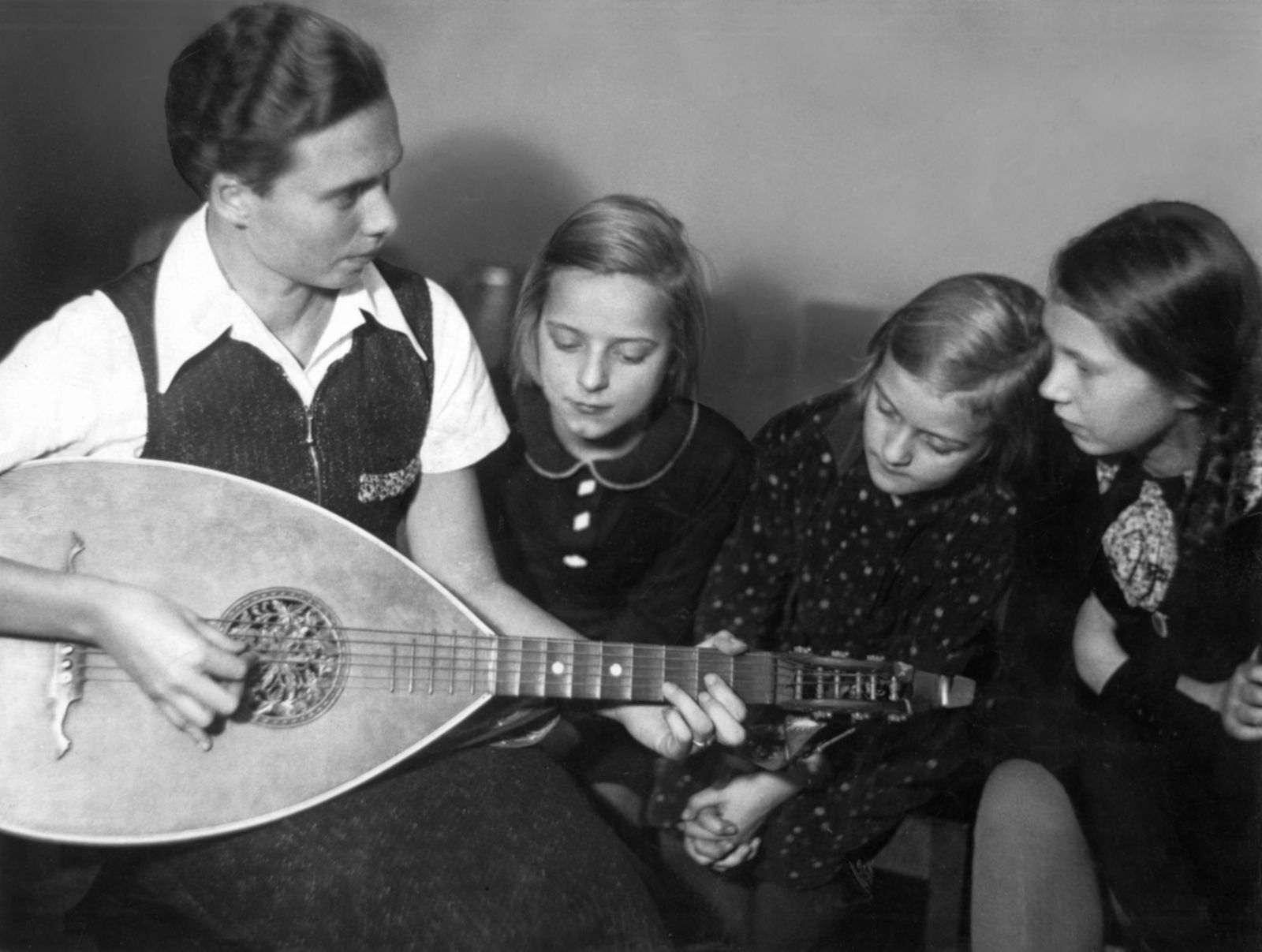 Ilse Obrig spielt auf der Laute, Kinder hören zu