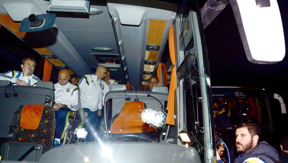 Einschusslöcher in der Bus-Fensterscheibe: Der Fahrer wurde verletzt