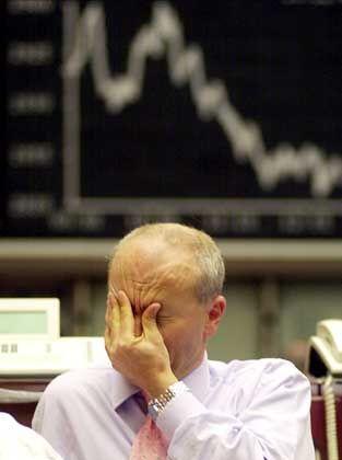 Kein Rezept gegen die Baisse: Börsenhändler in Frankfurt . . .