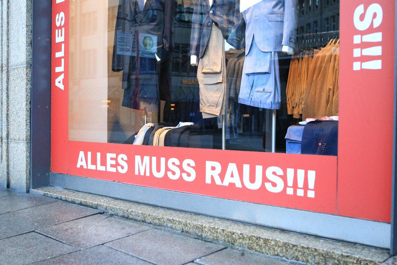 Am Schaufenster eines geschlossenen Geschäfts in der Hamburger Innenstadt wird auf einen Räumungsverkauf wegen Geschäft