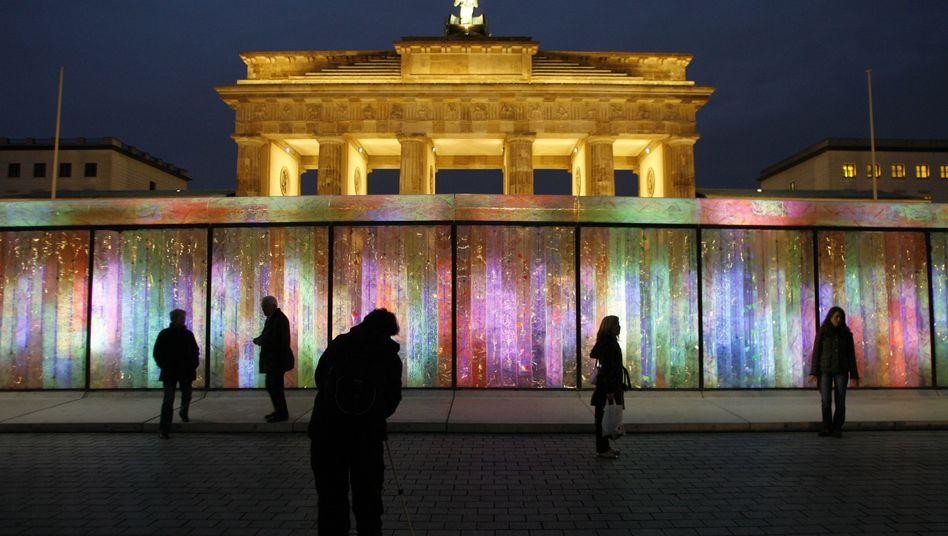 """Die Mauer ist weg - oder doch nicht? Lichtobjekt """"Vanished Berlin Wall"""" der koreanischen Künstlerin Eun Sok Lee am 8. November 2007"""