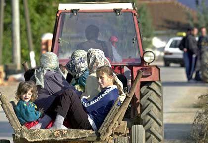 Rückkehr auf vermintes Terrain: Albanische Flüchtlinge auf dem Weg in ihr Heimatdorf Opae in Mazedonien