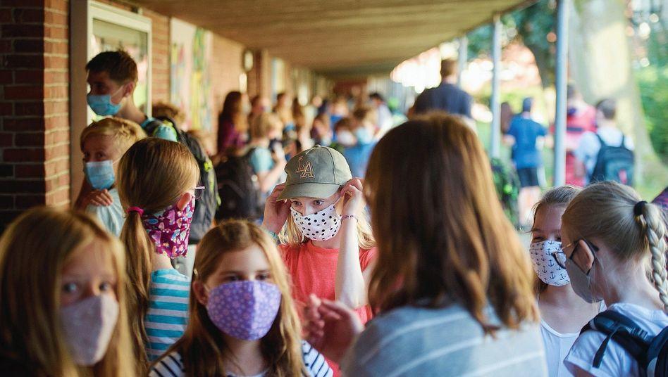 Schülerinnen mit Maske in Kiel:Zurück an Tafel und Pult