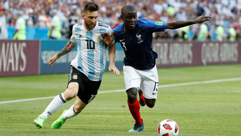 N'Golo Kanté (rechts) behauptet den Ball gegen Lionel Messi