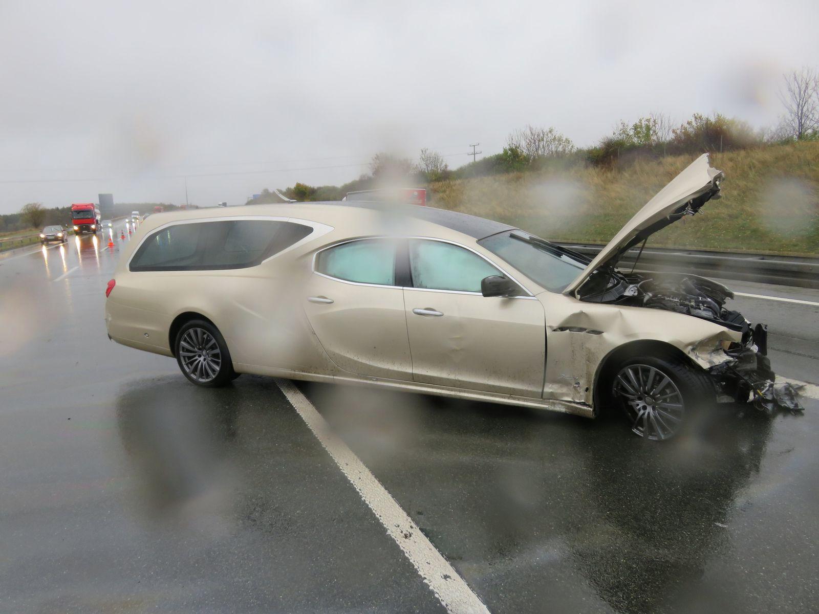 Maserati-Leichenwagen verunglückt auf Autobahn