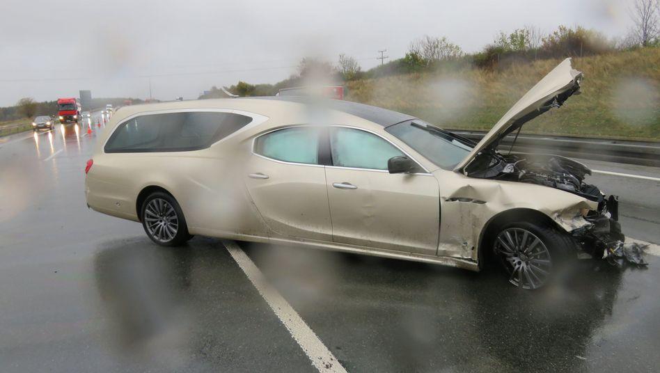 Goldfarbener Maserati mit Leichenwagenumbau