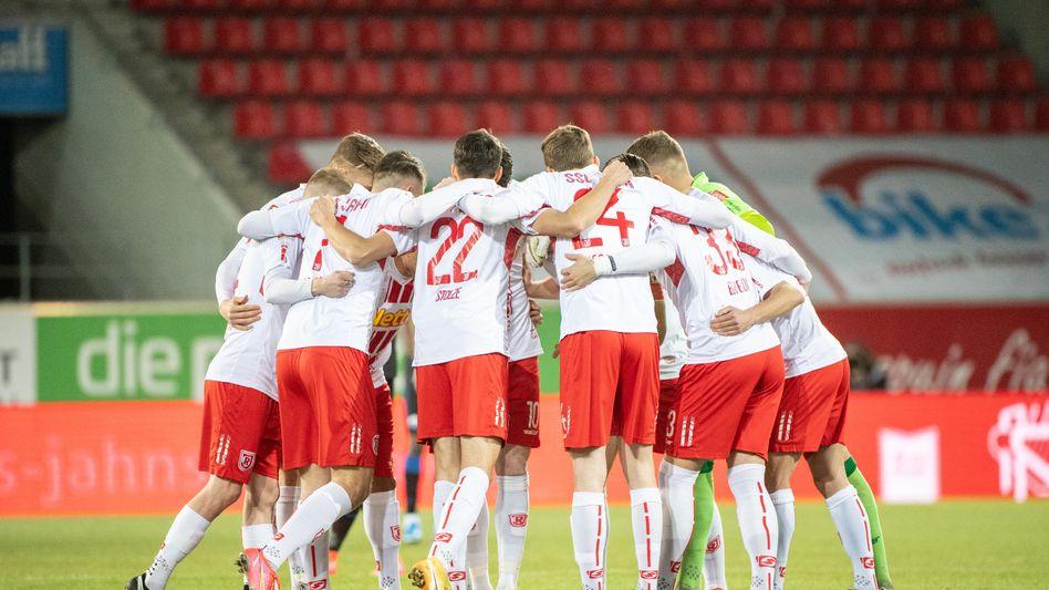 Spieler von Jahn Regensburg beim Spiel gegen den SC Paderborn am Freitag