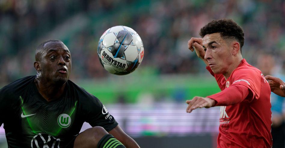Kampf um jeden Ball bei Wolfsburg gegen Augsburg