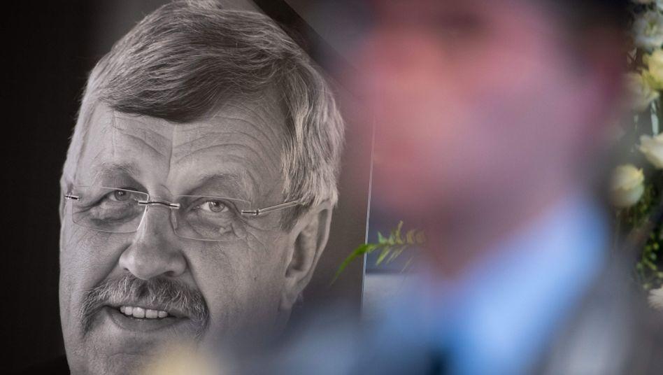 Porträt von Walter Lübcke, aufgestellt auf seiner Trauerfeier im Juni 2019