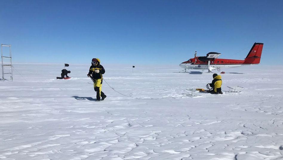 Forscher der Australian Antarctic Division auf dem Totten-Gletscher