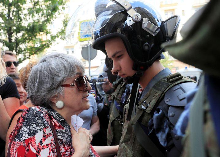Wahlen zum Moskauer Stadtparlament: Eine ältere Dame spricht im Juli 2019 mit einem jungen Polizisten am Rand einer Demonstration