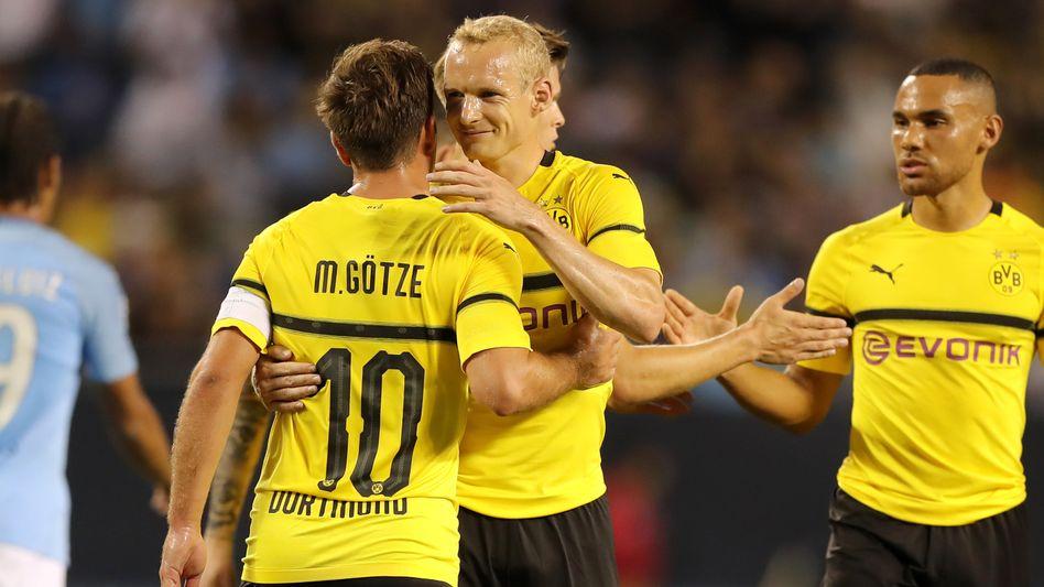 Sebastian Rode (Mitte), Mario Götze (l.)