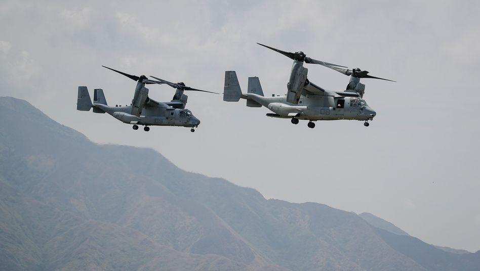 Zwei Flugzeuge vom Typ V-22 Osprey bei einer Militärübung der USA und der Philippinen