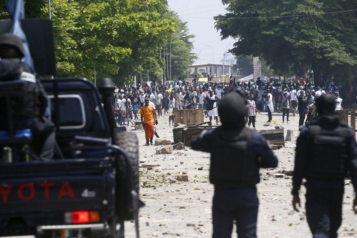 Die Polizei in Abidjan riegelte den Flughafen weiträumig ab und setzte Tränengas und Schlagstöcke gegen Gbagbos Anhänger ein