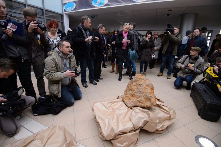 Gruß aus dem All: 300-Kilogramm-Meteorit bei der Präsentation in Posen