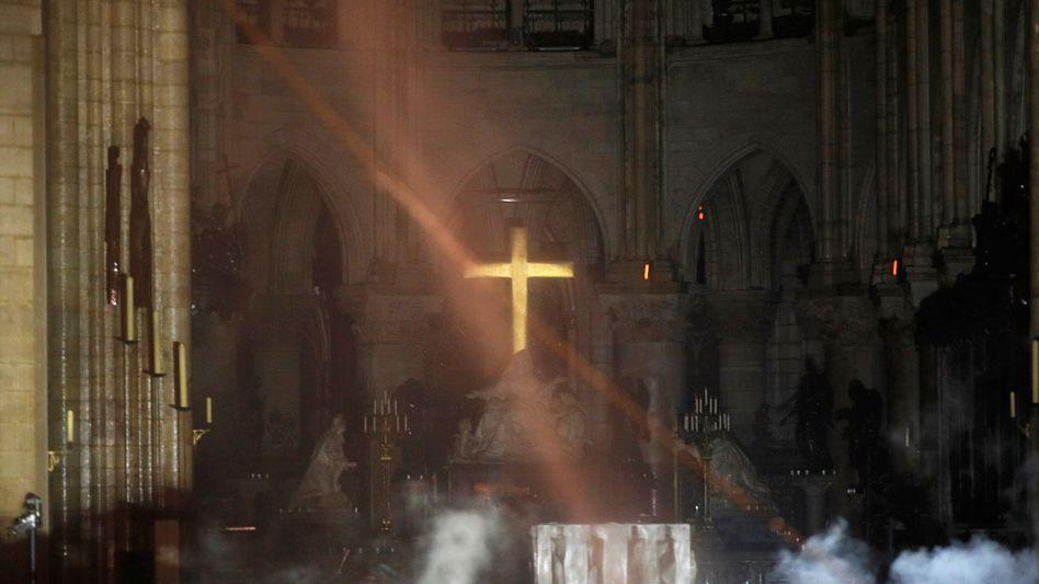 Rauch im Altarraum der Kathedrale Notre-Dame
