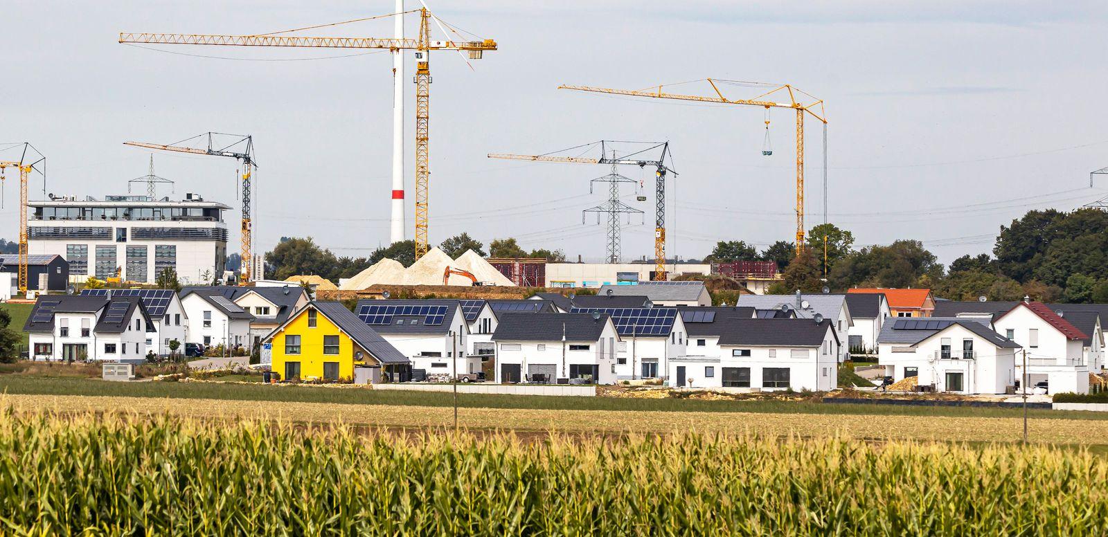 DEU, Deutschland, Baden-W¸rttemberg, Blaubeuren, 22.09.2019: Neubaugebiet auf der Schw?bischen Alb. Mischgebiet mit Wohn