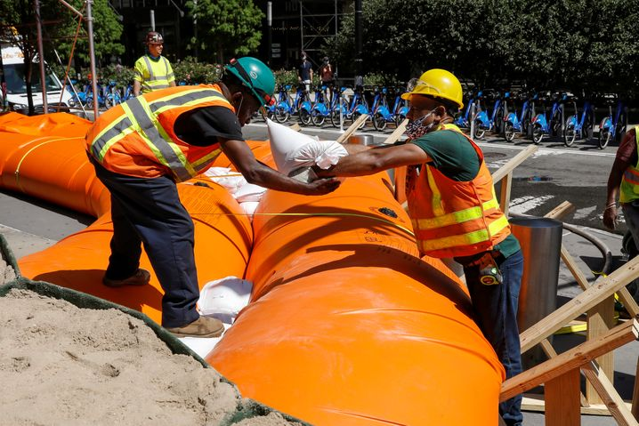 Arbeiter in Manhattan treffen Maßnahmen, um New York City vor möglichen Sturmfluten zu schützen